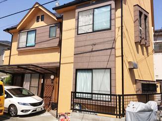 外壁・屋根リフォーム 木目調の玄関ドアと外壁塗装で外観が明るい雰囲気に!