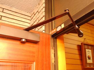 エクステリアリフォーム 開けっ放しにでき、閉まるスピードも調整可能な玄関ドア