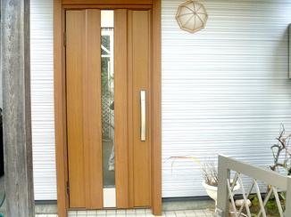 エクステリアリフォーム 木目の風合いを残した最新の機能性ドア