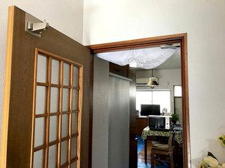小工事 ドアダンパーで閉まる時の不快音を抑えたドア
