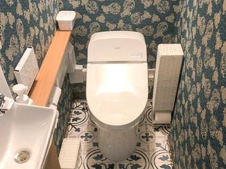 トイレリフォーム シックな壁紙とタンクレストイレで作る高級感あるレストルーム