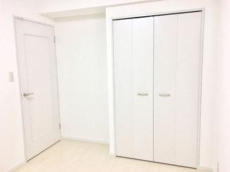 内装リフォーム 白いドアがモダンな、統一感のある内装