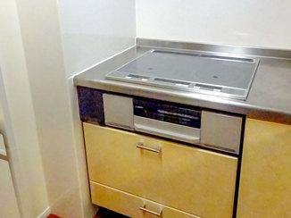 キッチンリフォーム 配線が目立たないよう工夫して設置したレンジフードとIHコンロ