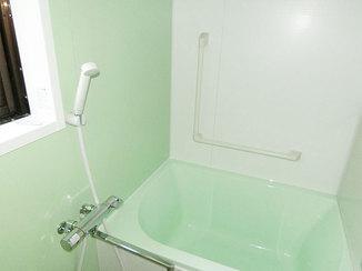 バスルームリフォーム 鮮やかなアクセントパネルの壁が映える浴室