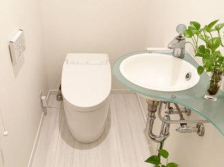 トイレリフォーム セラミックの床で掃除がしやすいタンクレスのトイレ