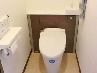 トイレリフォーム 収納棚と一体になり、すっきりしたデザインのトイレ