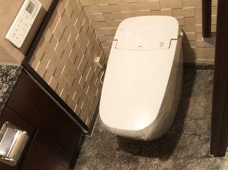 トイレリフォーム 既存の内装と美しく調和するタイル壁とタンクレストイレ